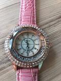 Часы кварцевые, новые, розовые с кристаллами Брест